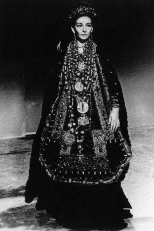 01_maria-callas-come-medea-con-il-costume-di-scena-disegnato-da-piero-tosi-per-il-fil-di-pasolini-1968-ph-mario-tursi-1